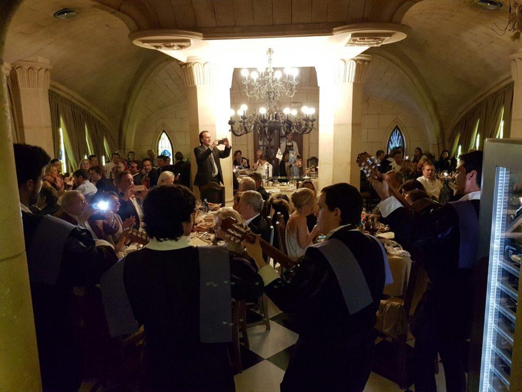 Restaurante y la Tuna. La Tuna Universitaria cantando en un famoso Restaurante de Madrid para sus comensales.